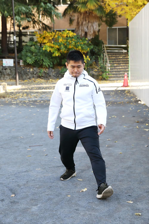 なんば歩き。重心を低くして、右手と右足、左手と左足を同時に出す。