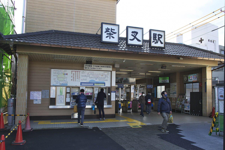 柴又駅は、明治32年(1899)に金町駅から柴又帝釈天への参詣客などのために、1.2キロの軌道上をなんと人が客車を押す帝釈人車鉄道が開業したのが始まりだ。乗ってみたかったなあ。
