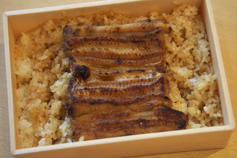 お土産に購入した穴子弁当も美味だった。