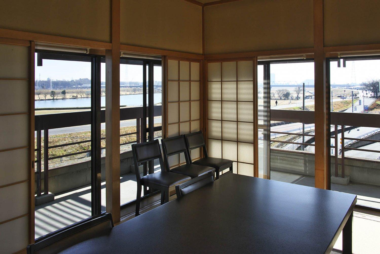 本館4階の大広間からは江戸川が一望。例年ならば河川敷の花火大会では特等席だった。