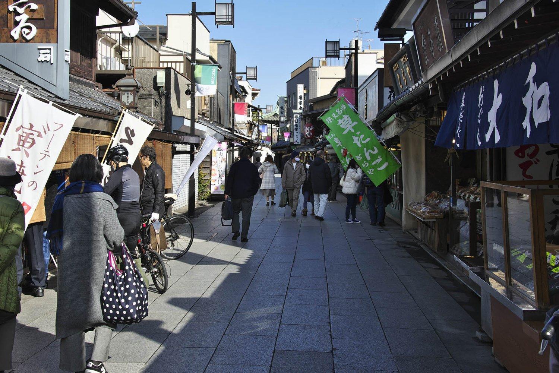 柴又駅から続く帝釈天参道。草だんごや煎餅、川魚料理に天ぷら屋に佃煮屋と、ずっと変わらぬ名物の店が並ぶ。