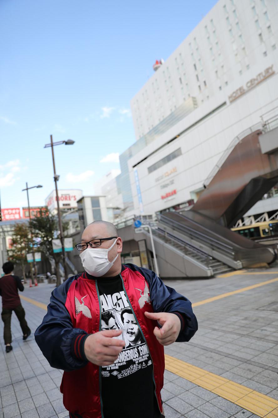 相模大野駅前で買った「ナンバーズ」を持ち、待ち合わせ場所に現れた爪さん。残念ながら外れたそう。
