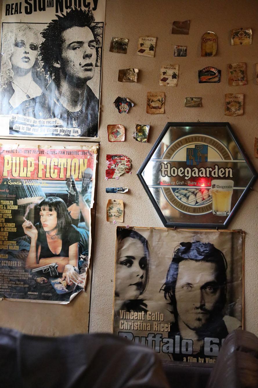 店内はさらにポスターだらけ。『バッファロー'66』『パルプ・フィクション』など、ラインナップが21世紀前で止まってるのがいい……!