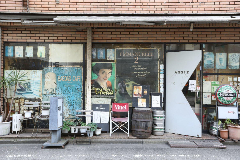 『アメリ』や『続エマニエル夫人』などの巨大なポスターが貼られた『アンジー』。