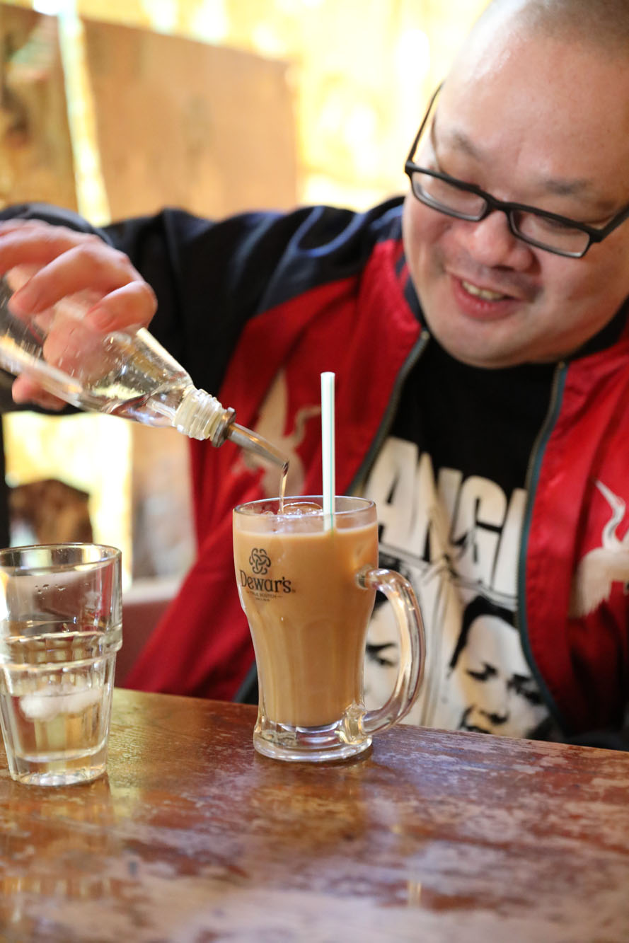 ペリエへの憧れを乗り越え、今はガムシロップを入れてカフェオレを飲む爪さん。