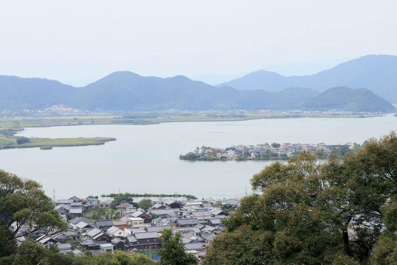 摠見寺本堂跡から西の湖の眺め。