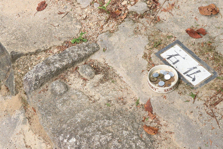 石材の一部として使用された石仏。