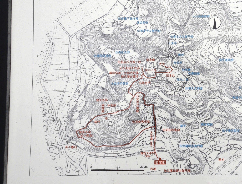 安土城縄張図。現地案内板より。