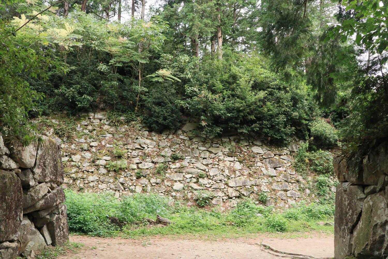 二ノ丸の石垣。高さは3〜4mほどか。