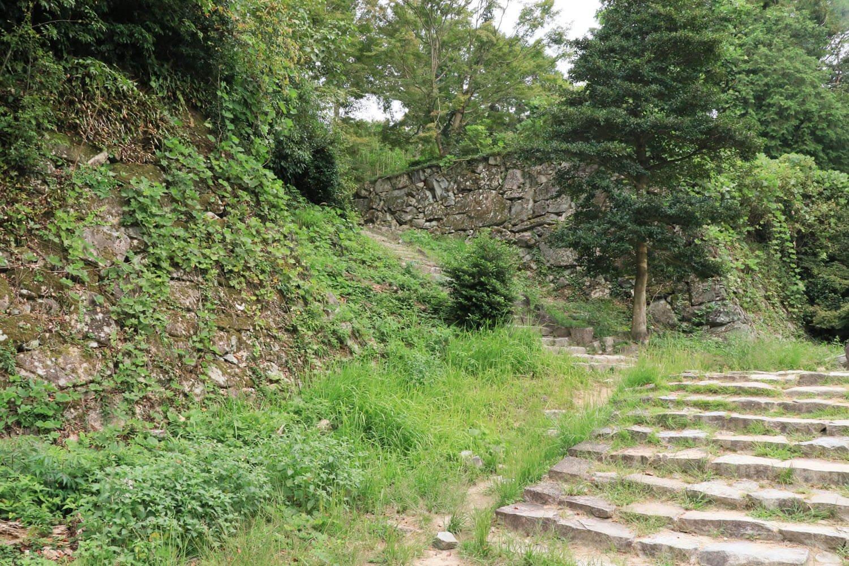 左斜め奥に伸びる石段の先が二ノ丸。