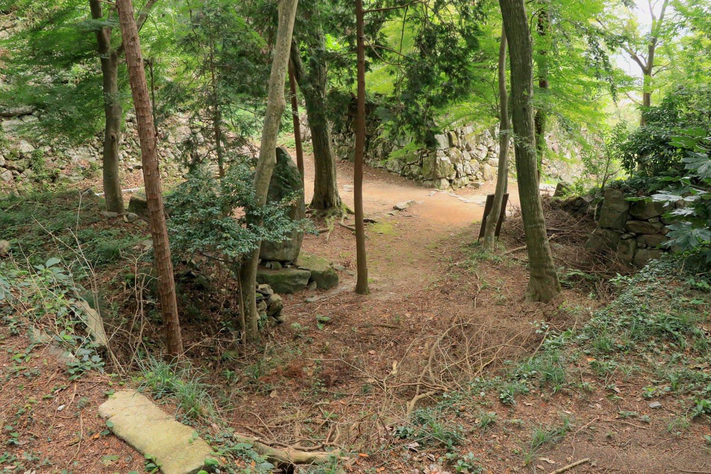 信長公本廟から二ノ丸入口方面。正面が櫓台。