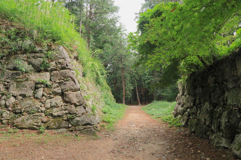 その天主台の石垣脇を抜けて本丸へ。