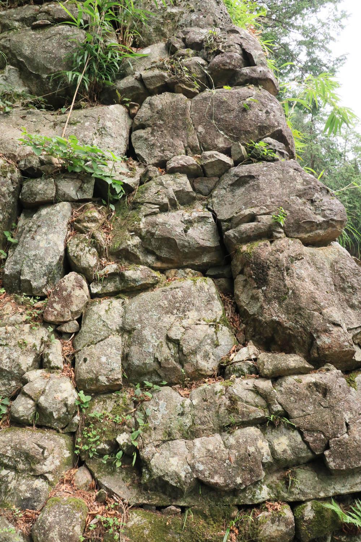 天主台の隅石部分。ノミ跡が随分荒々しい。