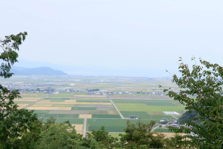 安土城天主から遠くに琵琶湖を望む。