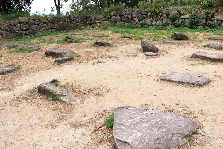 礎石群のセンターがひとつだけ欠けている。