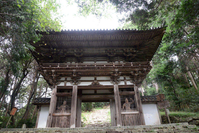 入母屋本瓦葺きの仁王門。こちらも国の重要文化財。