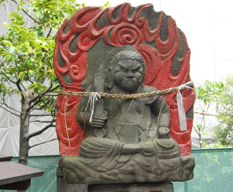三峯神社と袈裟塚の耳無不動(みつみねじんじゃとけさづかのみみなしふどう)