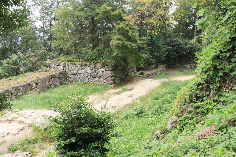 右奥に折れた向こう側が、先ほどの黒金門を抜けた正面の二ノ丸石垣。
