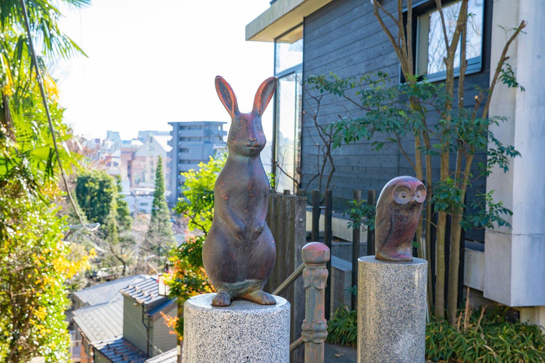 頂上の銅像。東側に下落合野鳥の森公園があり、かつて周辺でフクロウやウサギが棲息(せいそく)していたからだろうか。