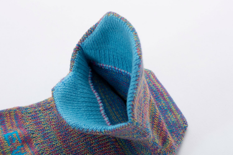 履き口の前後に施されたカバーは、シューズのタンの当たりを防ぎ、アキレス腱部を守る。