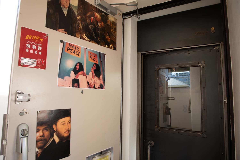 ドアに貼られたポスターもおしゃれ。鉄製の扉はアイアンワームプラス製。