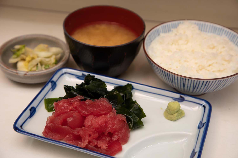 マグロの中落ち定食はご飯と味噌汁、漬物がついて750円。