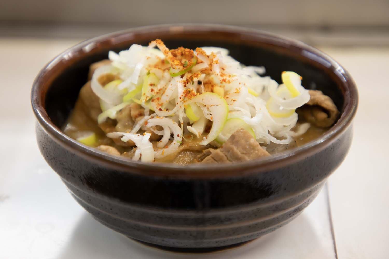 モツ煮は単品で350円。定食にすると650円。