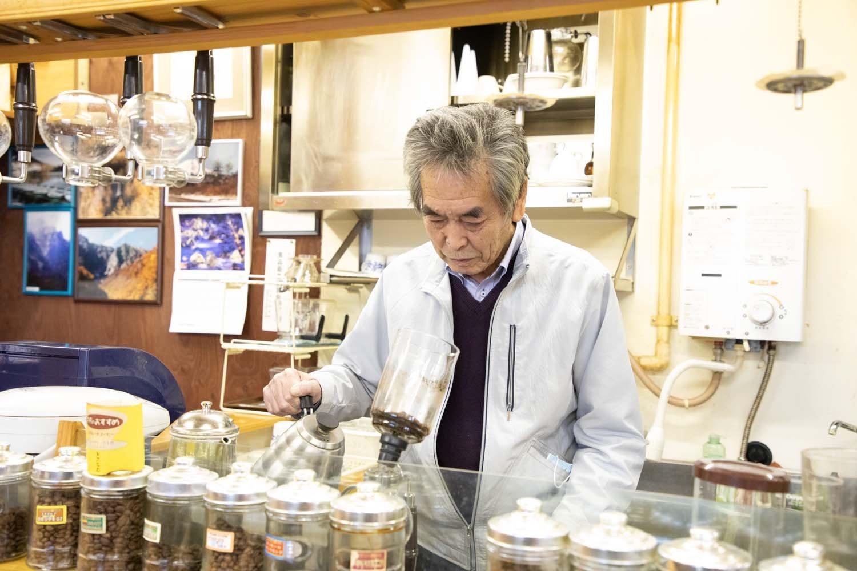 店主の有泉要さん。コーヒーにはまってから30年以上経つ。