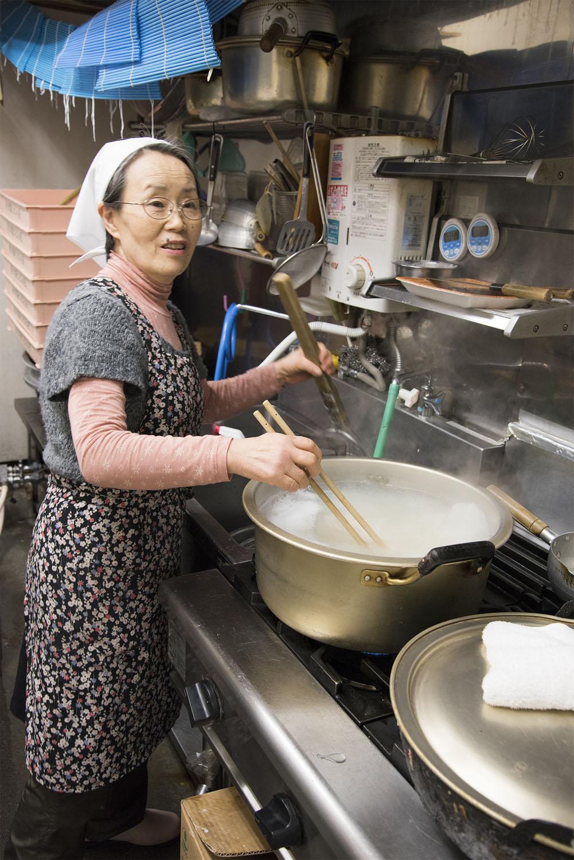 調理は奥さんの担当。