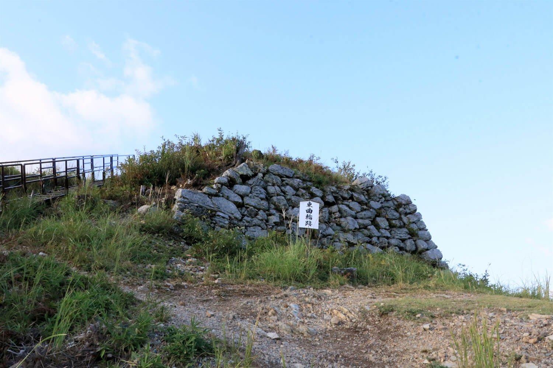 東曲輪跡とその先の三の丸石垣。