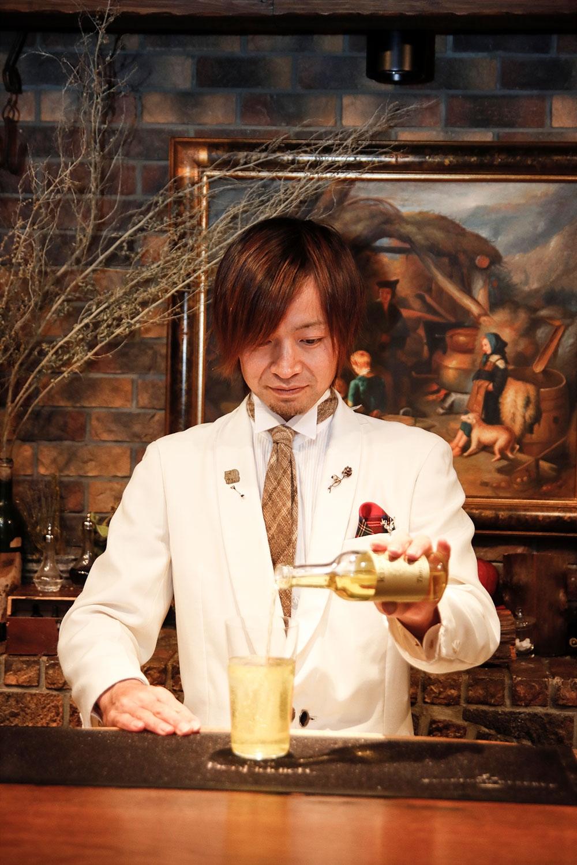 バーテンダー・鹿山さんは薬草酒の造詣が深く、カクテルの素材のことや歴史など、いろい ろな話を聞くのも楽しい。