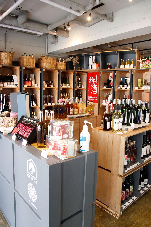 梅酒や果実酒のラインナップは、季節で入れ替わる。厳選された地酒も約50種類揃うので、購入の際はおすすめの飲み方も教えてもらおう。