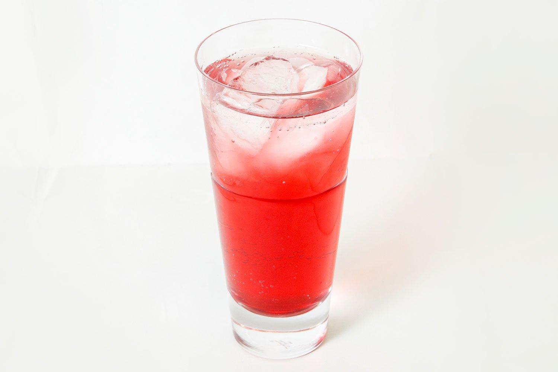 ★アレンジで… 炭酸で割ると独特の苦みが和らぎ、爽やかさが増す。赤ワインのように楽しむならストレ ート。濃いと感じたら氷を入れて。