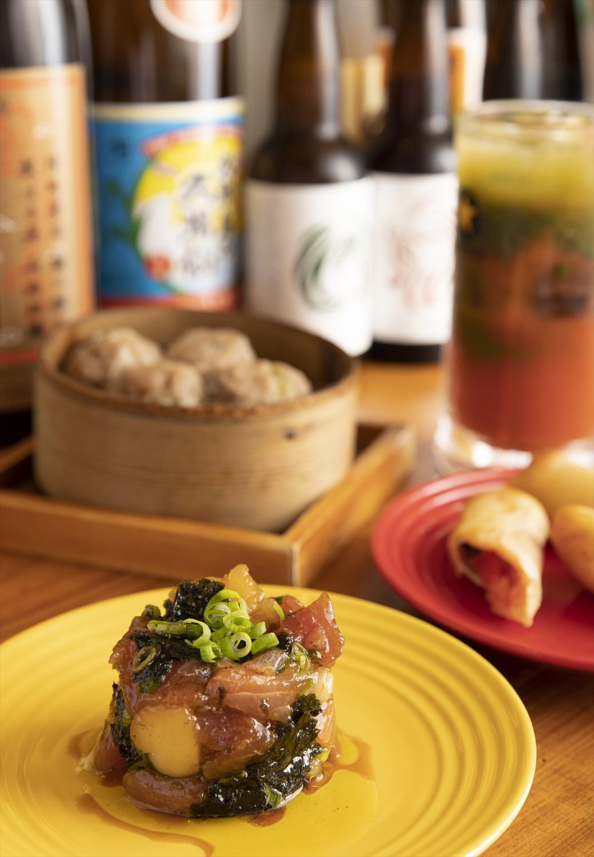 オリーブオイル和えやしゅうまいなど料理は基本400円。焼酎のトマトジュースと緑茶割りの魔界などお酒も全400円。