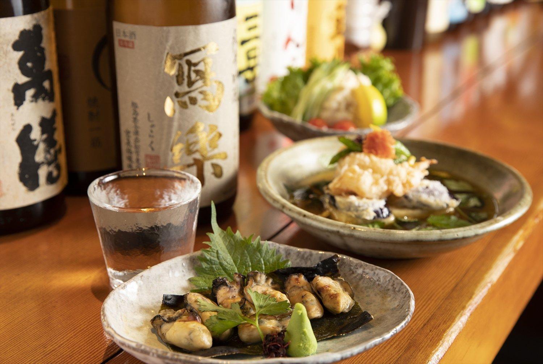 カキの昆布焼748円、豆腐と エビとナスの揚げ出し858円な ど。後味がすっきり奇麗な冩樂純 吟935円。