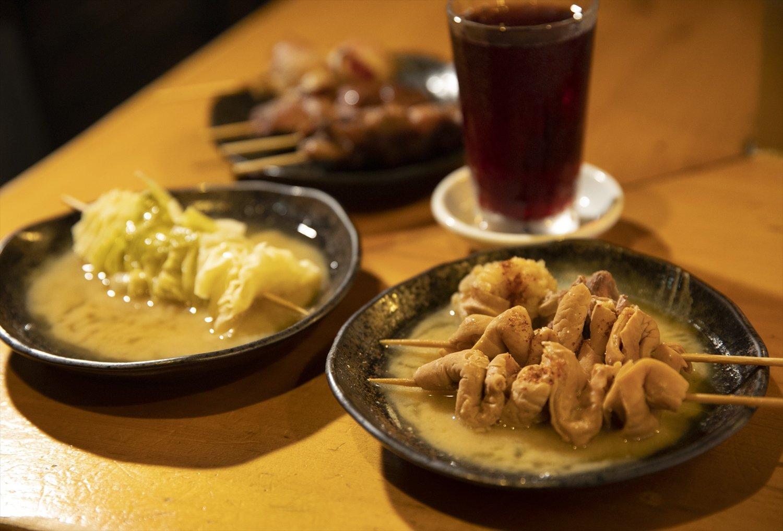 名物串煮込み460円、キャベツ230 円、葡萄割りや梅割りは各550円。+50円でシャリキンに。