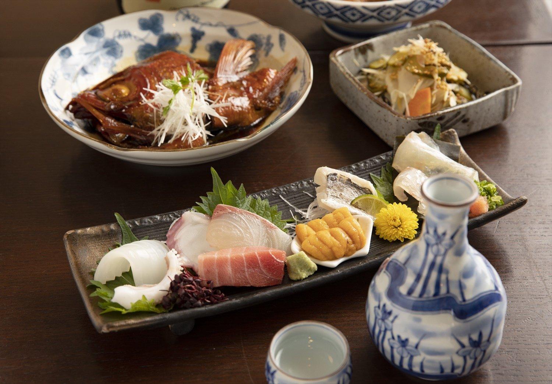 ネタケースの鮮魚をさばく刺し盛り1408円。当日は天然ヒラメの昆布〆など7種。金 目鯛かぶと968円、古漬けと茗荷和え638円。