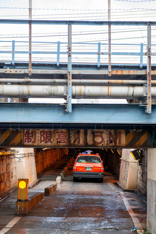 制限高1.5mの空間をタクシーがいく。2012年9月撮影。