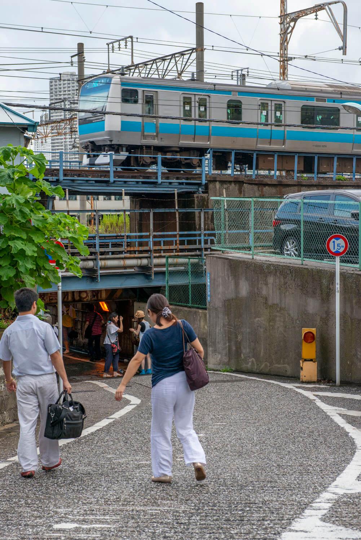 """地形好きなど数十人で""""高輪橋架道橋""""を訪れたときの一コマ。""""高輪橋架道橋""""の真上は京浜東北線北行のオーバークロス高架橋もある。2012年9月撮影。"""