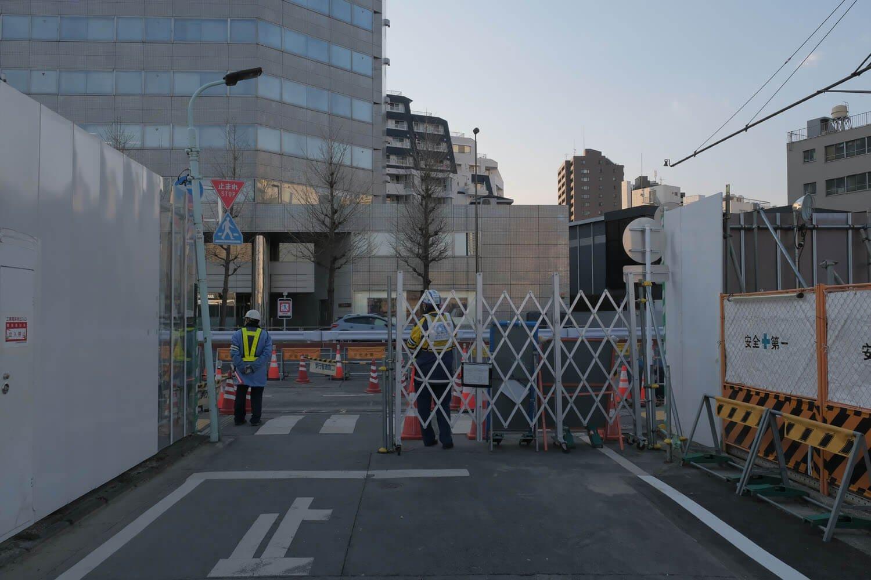 """""""高輪橋架道橋""""泉岳寺側は第一京浜から曲がる。現在は車両通行禁止のためバリケードがある。2021年2月撮影。"""
