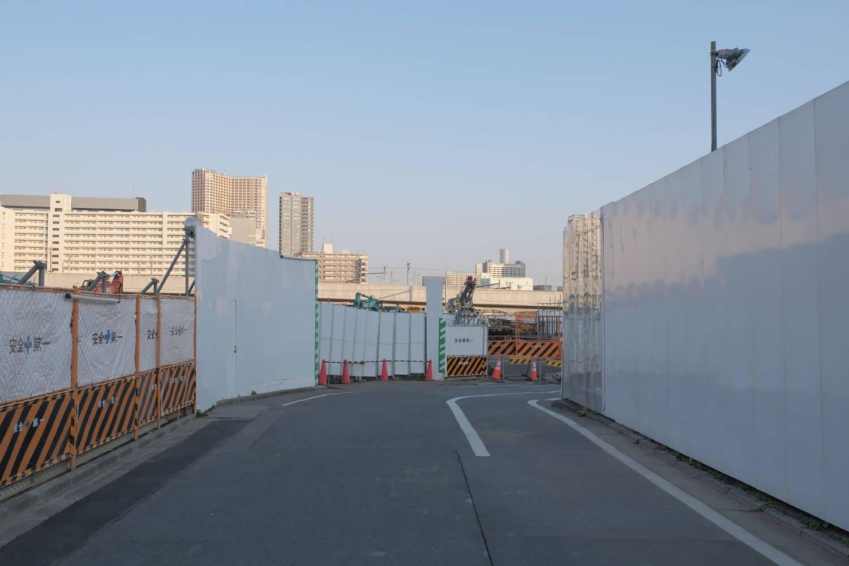 泉岳寺側よりスタート。再開発地区のため道路両サイドは工事用の覆いがされている。2021年2月撮影。