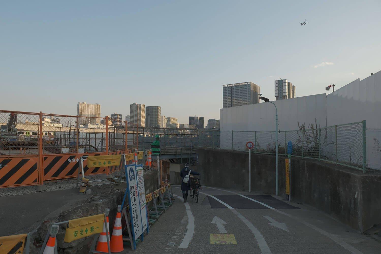 ガードへ潜ろうとしたら頭上を羽田空港へ着陸する旅客機が現れた。2021年2月撮影。