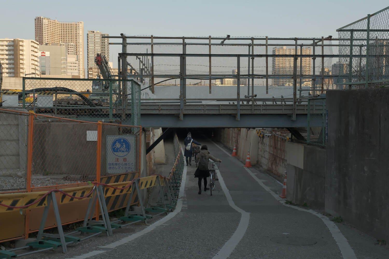 """現在の""""高輪橋架道橋""""の姿。2012年9月撮影とほぼ同アングル。2021年2月撮影。"""
