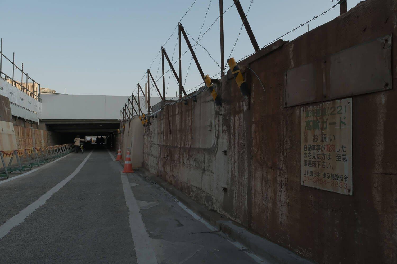 山手線の線路と京浜東北線のオーバークロス高架橋が撤去されて、随分と開放的な空間となった。2021年2月撮影。