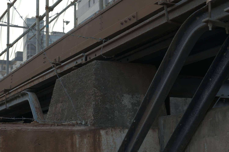 山手線が真上にあったときは気がつかなかったが、古レールで組まれた構造物が露出していた。おそらく線路脇にあった作業用通路の支柱だと思う。2021年2月撮影。