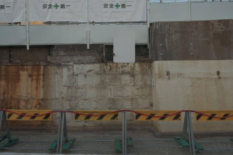 山手線の橋台部分は石垣である。右側のコンクリートは京浜東北線高架橋の橋台。2021年2月撮影。
