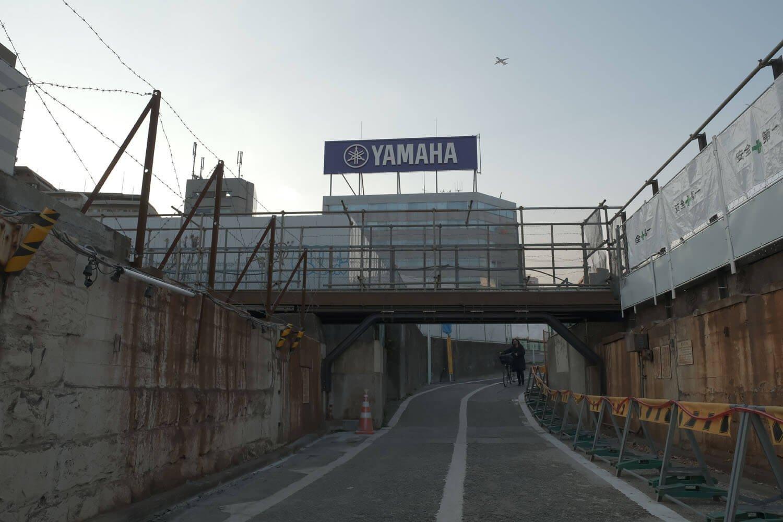"""2021年2月の""""高輪橋架道橋""""の姿。また羽田空港への着陸機が現れた。"""