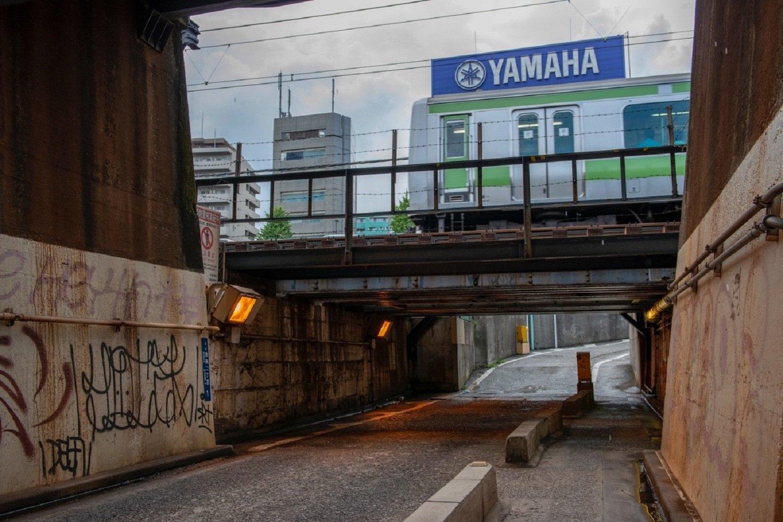 """2012年9月の""""高輪橋架道橋""""の姿。古レール支柱の端の部分が見える。こんなに変化した。変わらないのはYAMAHA看板。"""