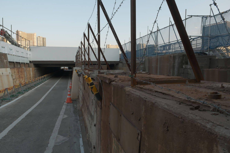 写真中心部の橋台の右側部分が水路となっている。2021年2月撮影。