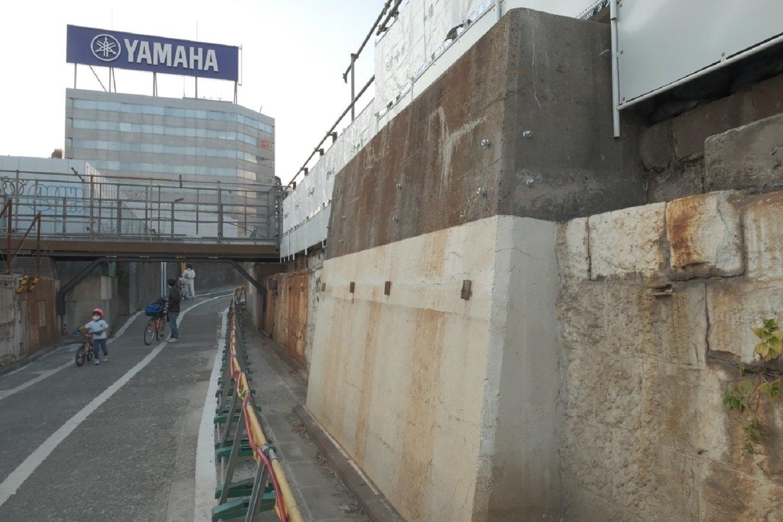 """もう一度""""高輪橋架道橋""""の山手線と京浜東北線の橋台部。写真右の石垣がアヤシイ……。2021年2月撮影。"""